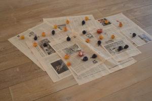 Wobbe Micha Private Parts Vruchten op krantenpapier (vijgen, abrikozen en granaatappel): geglazuurd poselein, Financial Times, variable dimensies, 2017