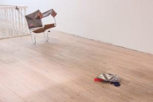 Juan Pablo Plazas Kneeling Chair 2014 56 x 48 cm Staal, leer, katoen, papier, bloem  Frog 2014 40 x 45 cm Beton, plastic, leer, katoen