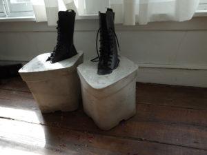 Dennis Tyfus Moeilijke Voeten (pt.2), 2016 Concrete blocks, shoes 49 x 28 x 30 cm